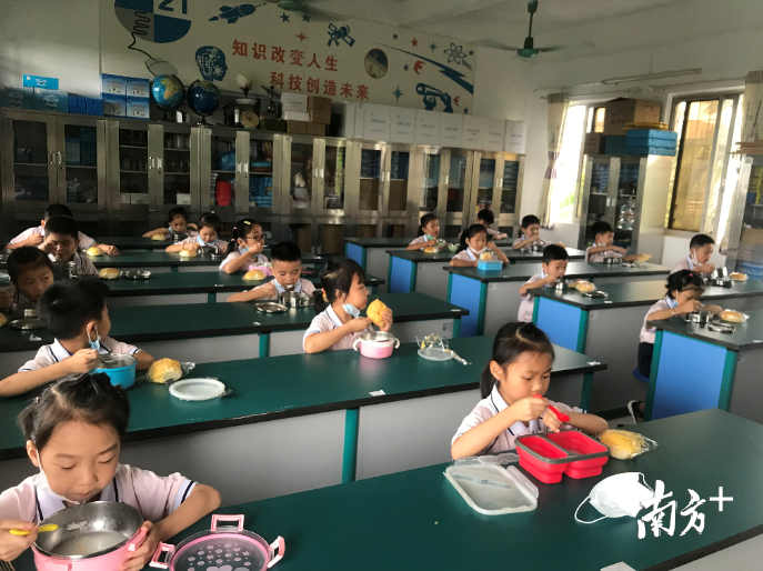 为了做好错峰错时用餐,宝月小学早餐一年级学生到科学实验室就餐。