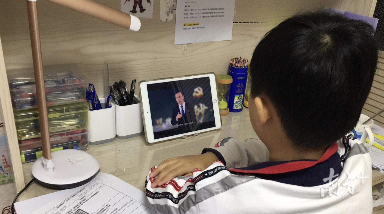 4月13日,东莞百万中小学师生同上了一节主题班会课《我们在战疫中成长》