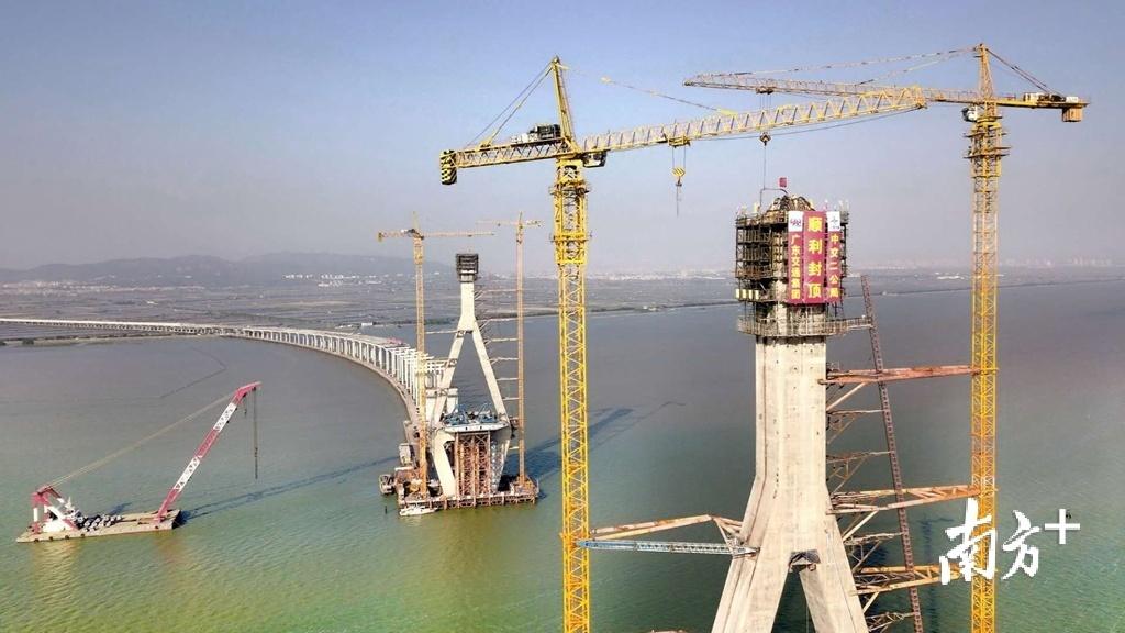 潮汕环线高速榕江特大桥主塔顺利封顶,预计6月底完成大桥钢箱梁合龙。受访者供图