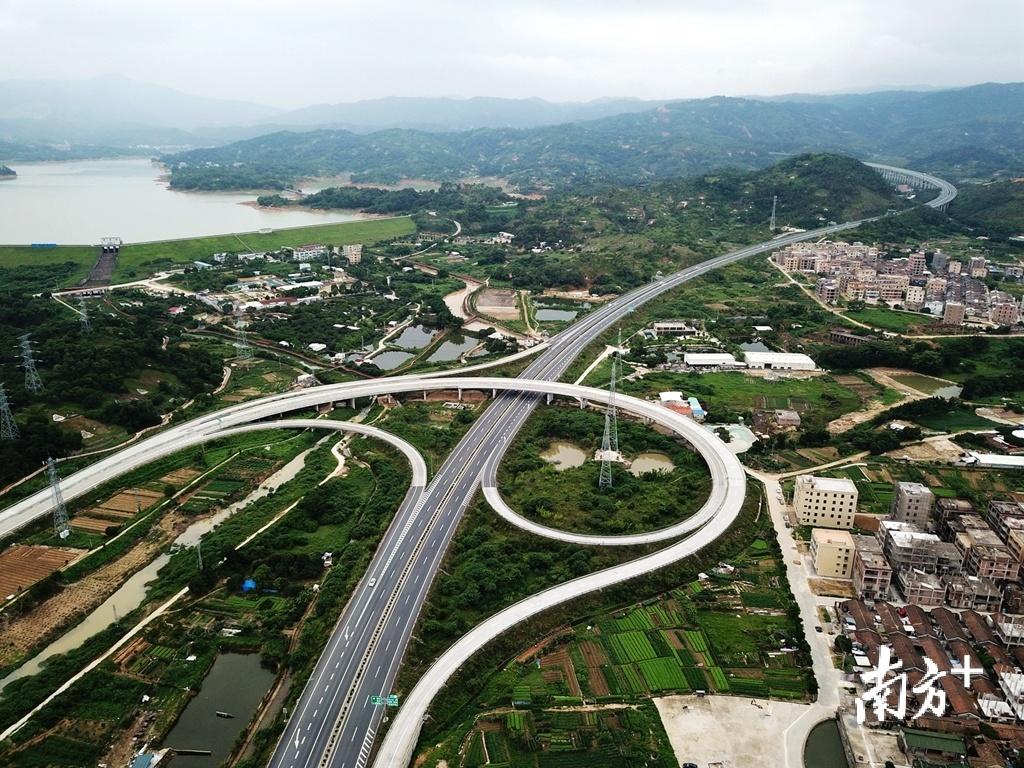 随着高速公路建设不断推进,以高速公路、国省道为主骨架,以镇通区的二级公路为支线的公路网络正在逐步形成。