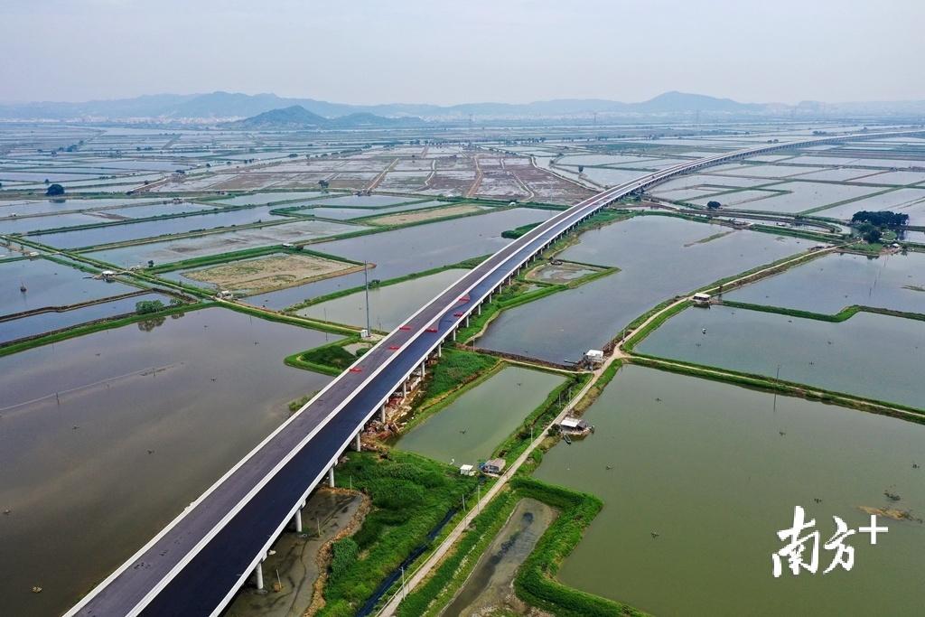 在潮阳、潮南地区,已通车和在建高速公路相互串联,成环成网,在区域内形成四通八达的干线路网。受访者供图