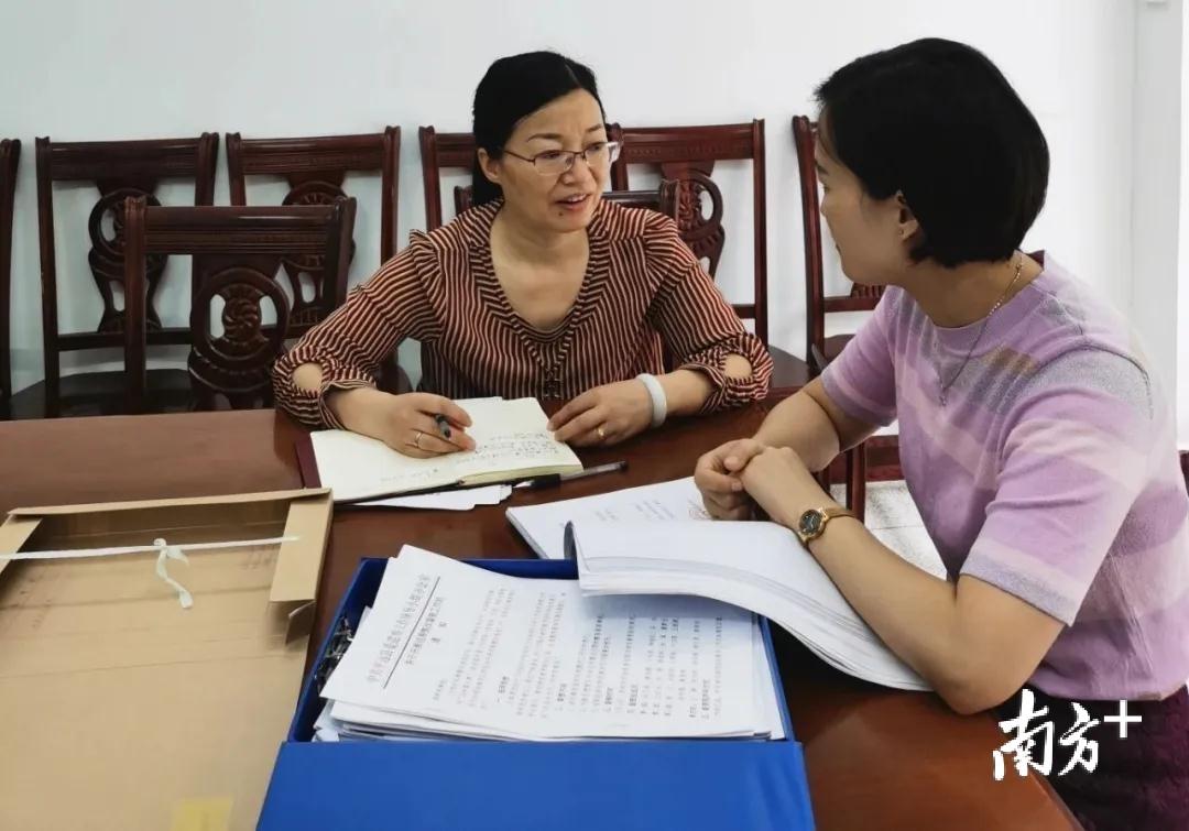 图为特约监察员朱运华(左)以个别访谈方式听取、收集被巡察单位的意见建议。