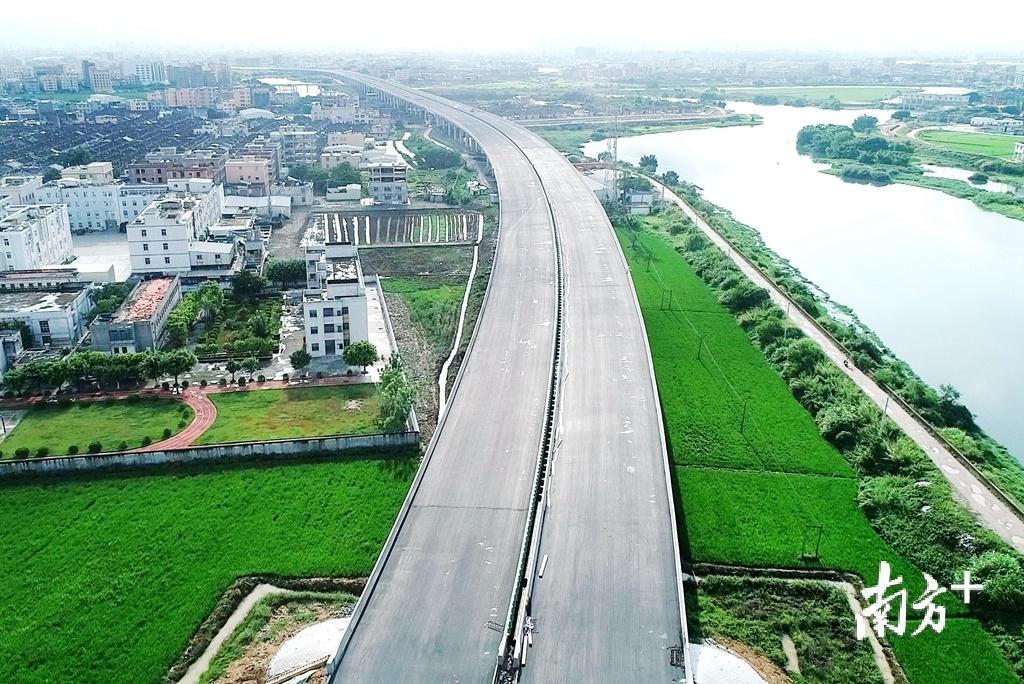 汕湛高速汕头段正在加快建设,预计今年内实现通车运营。