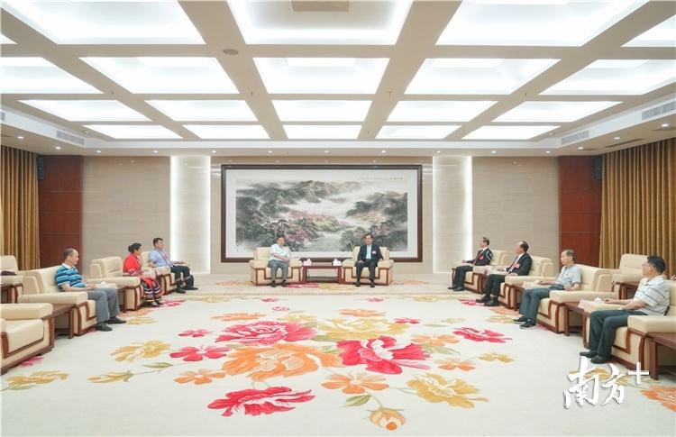 五位全国人大代表在返回清远后,于29日上午参加清远市人大常委会举行的座谈会,并接受媒体采访。梁素雅 摄