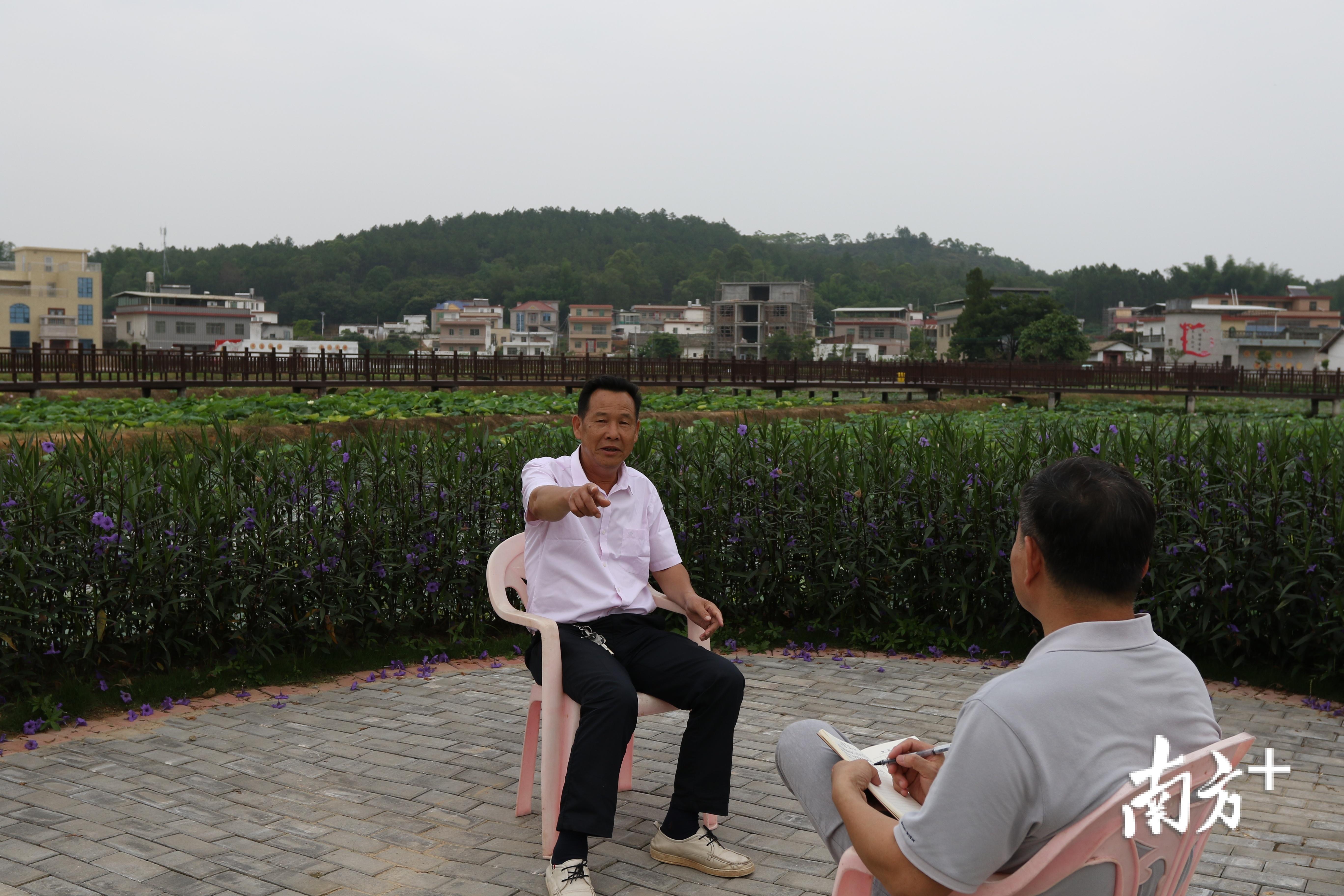 石源村支部书记黄志银向记者介绍情况。