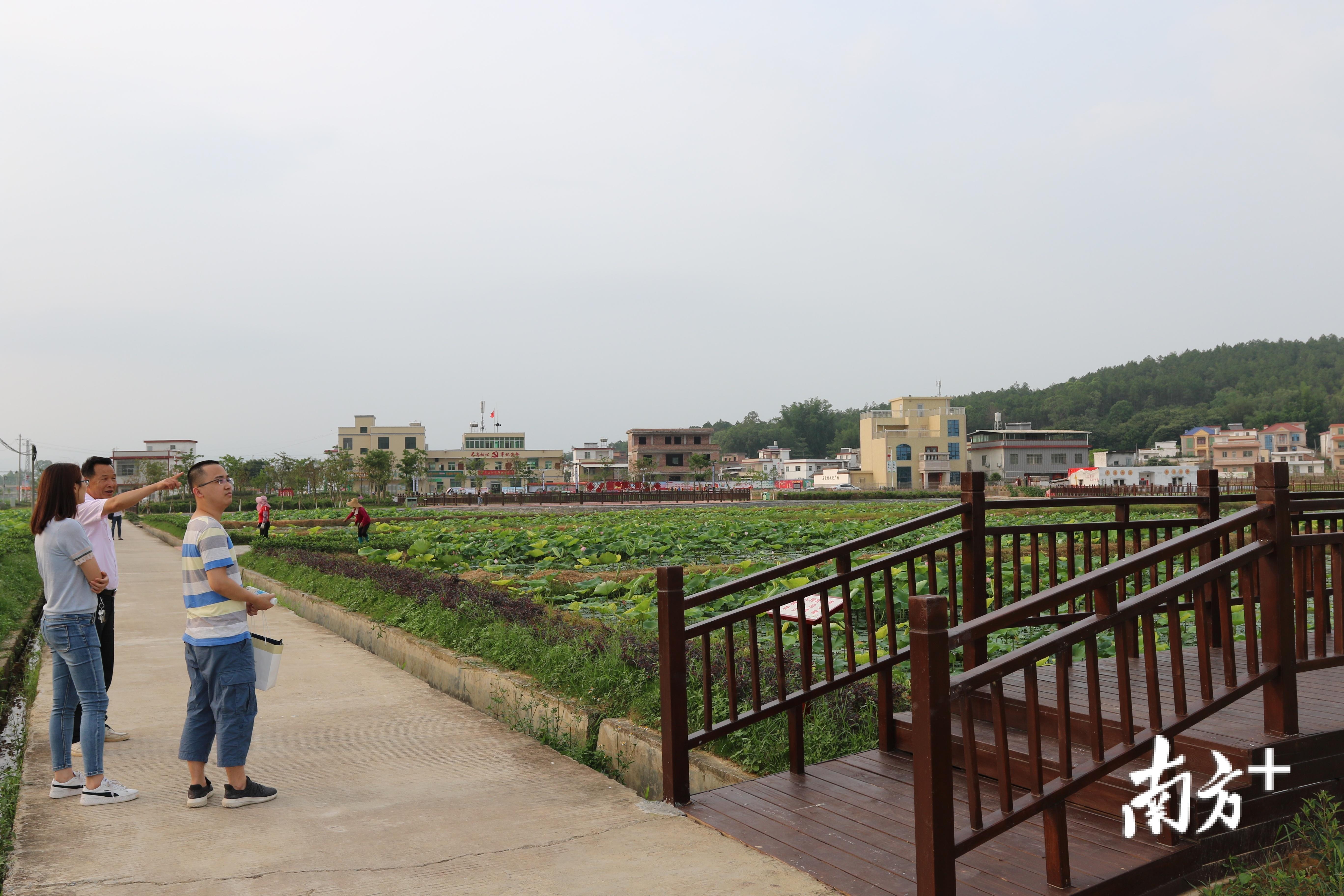石源村支部书记黄志银向连平县扶贫工作局负责人介绍情况。
