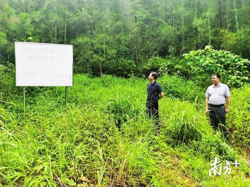 视察地质灾害隐患点时,刘永忠要求,要高度重视,加大风险隐患排查力度。
