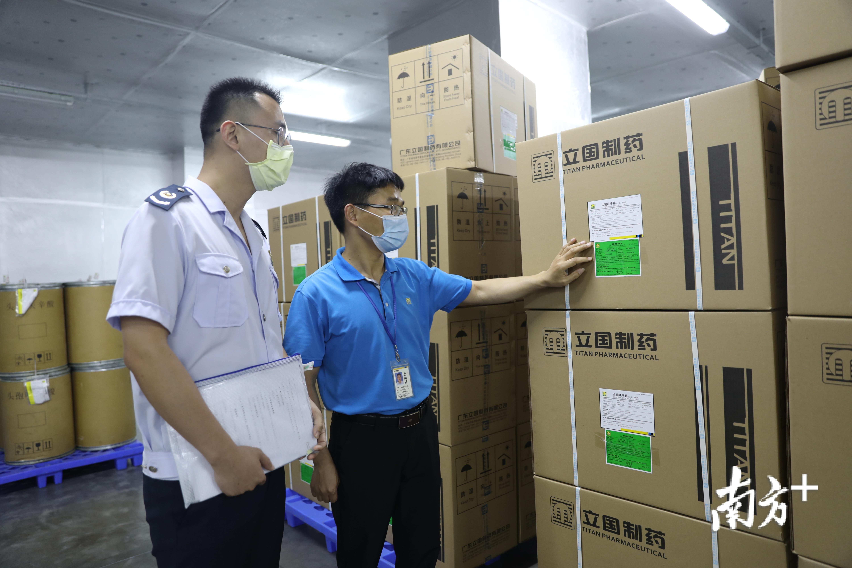 紫金县税务人员上门服务外贸企业。周文斌 摄