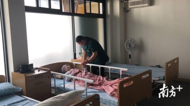 在龙湖区南丁居家养老服务中心,工作人员把入住长者当家人看待。