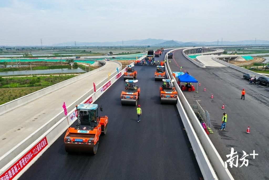 潮汕环线高速路面工程沥青上面层试验段成功铺筑。受访者供图