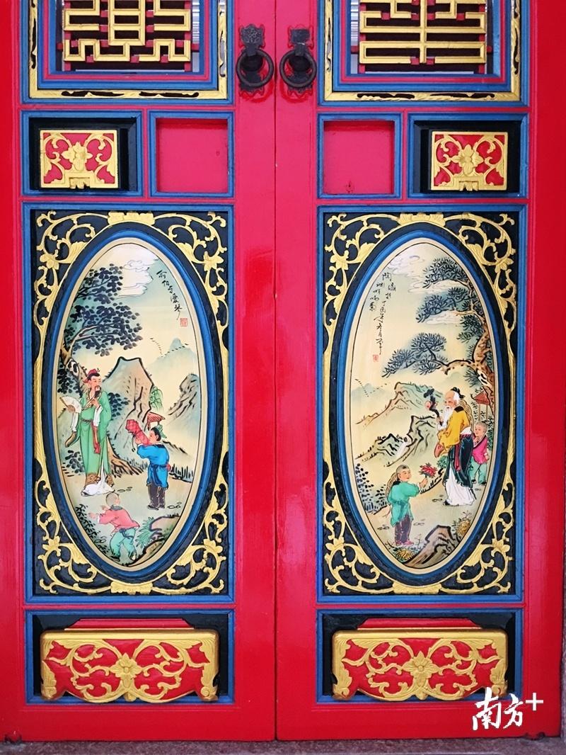 """彩画作品常见于潮汕传统民居""""下山虎""""的门。"""