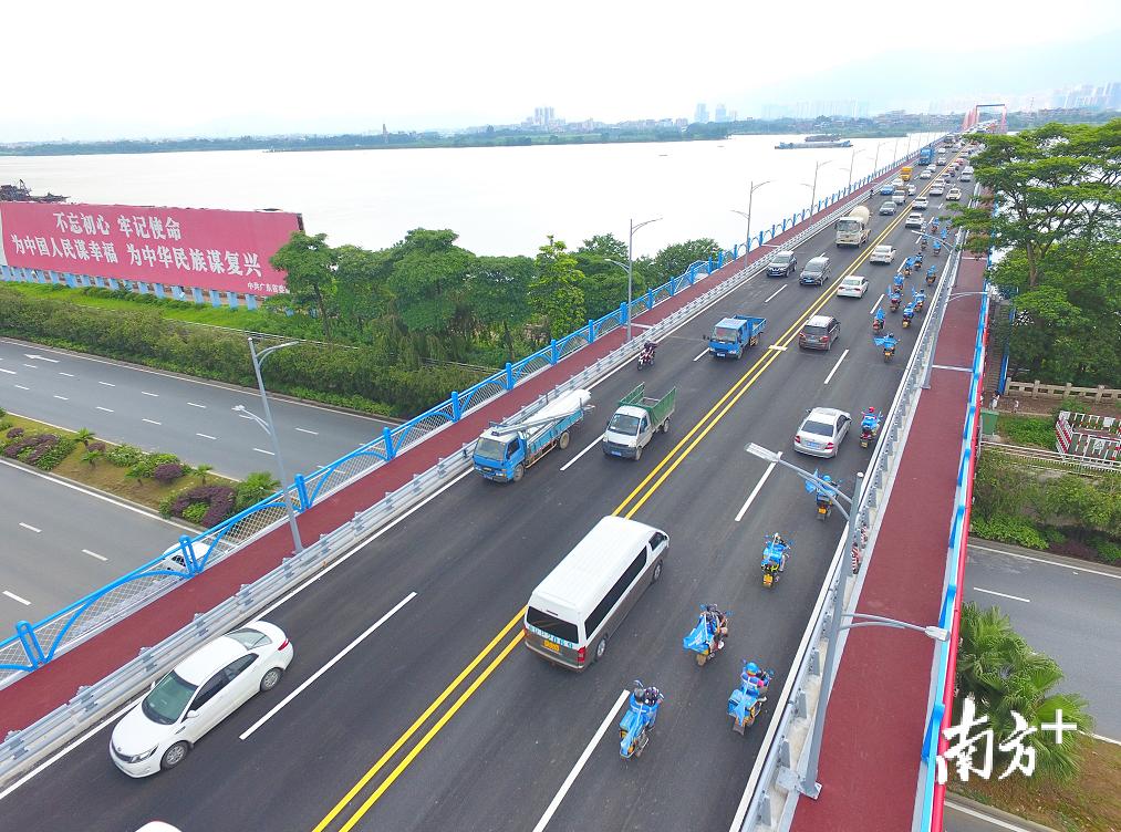 清远大桥恢复通车,大量车辆驶上桥。梁素雅摄