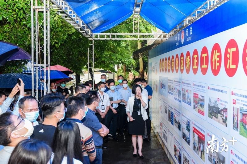 6月9日,河源市社区矫正工作现场观摩会在东源县召开,参会人员现场观摩仙塘司法所社区矫正工作做法。  杨坚 摄