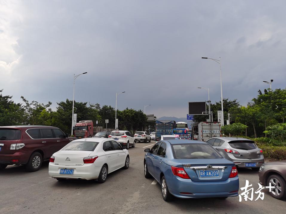 清远大桥恢复通车,大量车辆驶上桥。陈国飞摄