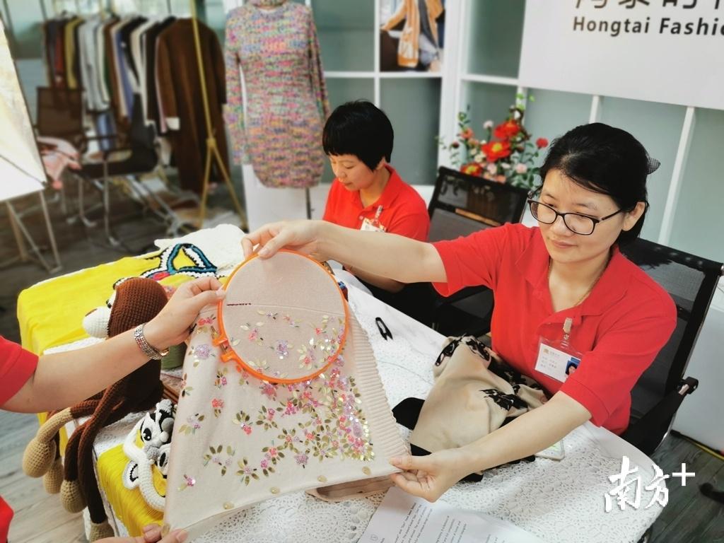 企业直播人员展示潮汕传统绣花。庄衔涛 摄