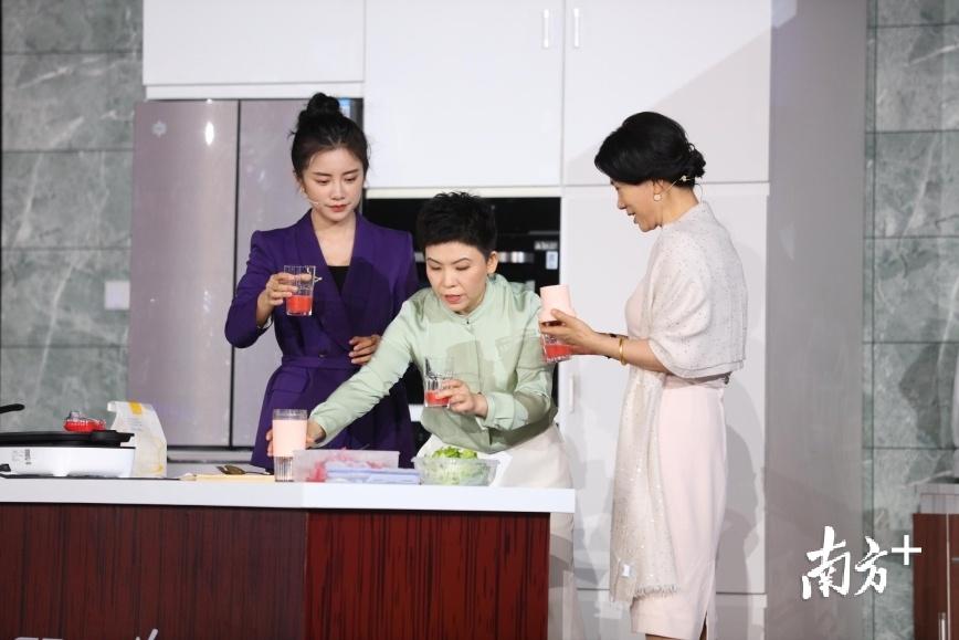 邓亚萍体验格力便携式榨汁杯。