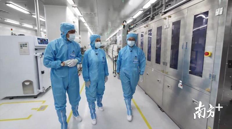 董明珠、王自如等走进格力芯片工厂。