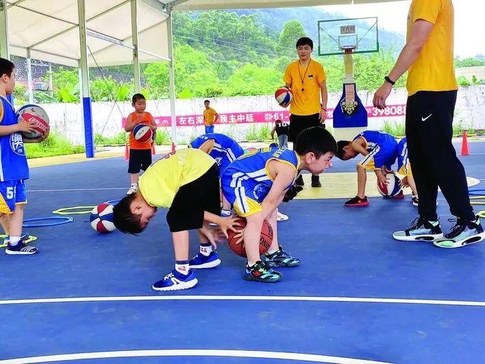 澳雷篮球培训基地无偿为大涌村青少年开展培训。来源于惠州文明