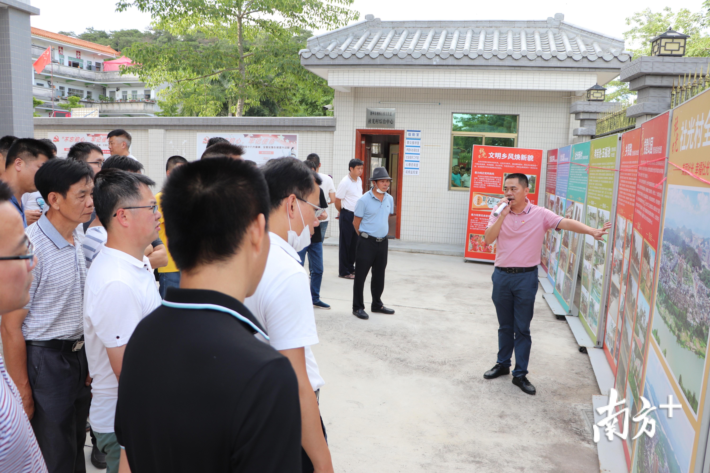 学员在社光村参观。