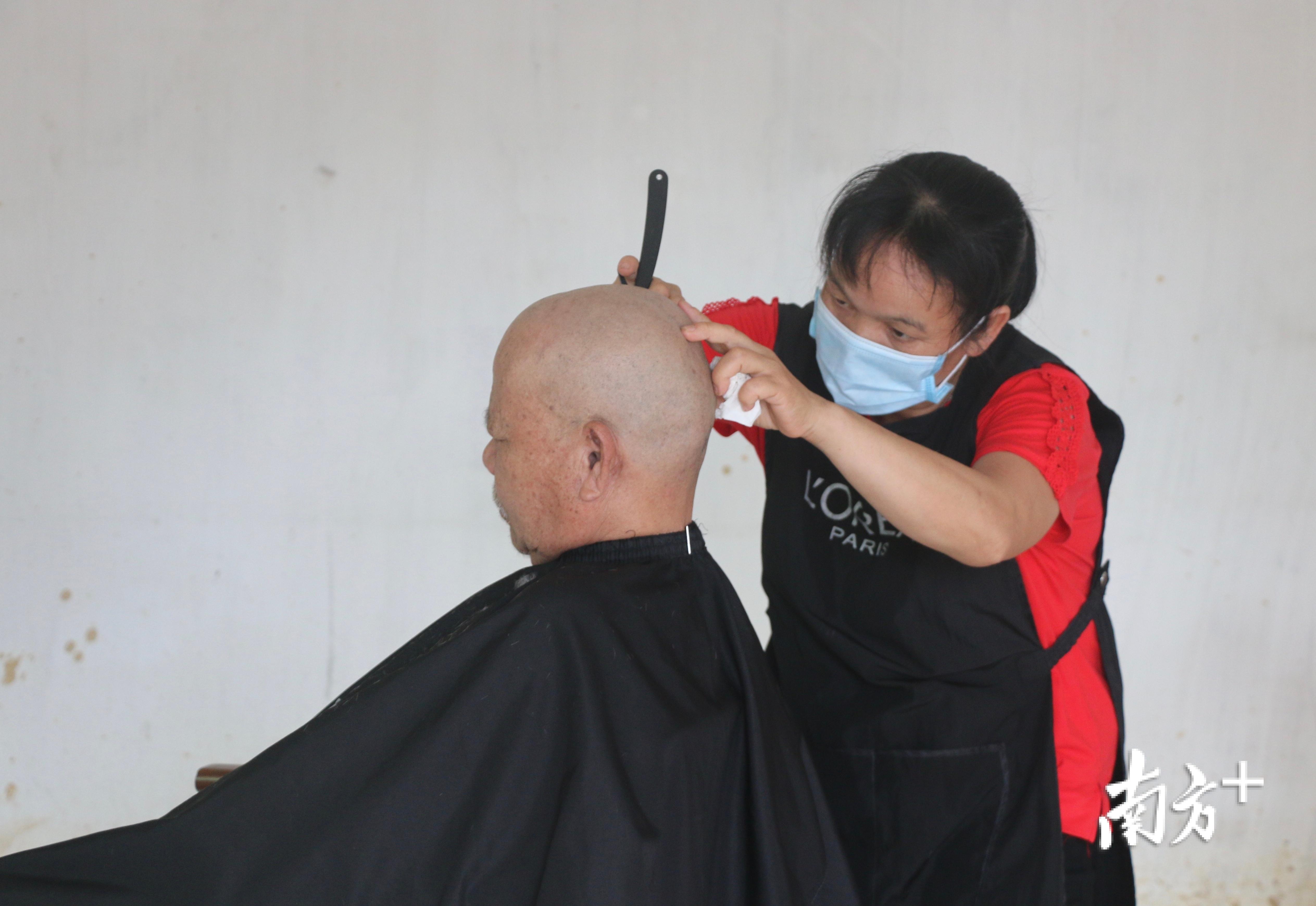 """参加培训后,黄少玲在村里创办了""""一剪美丽美发店""""。任龙 摄"""