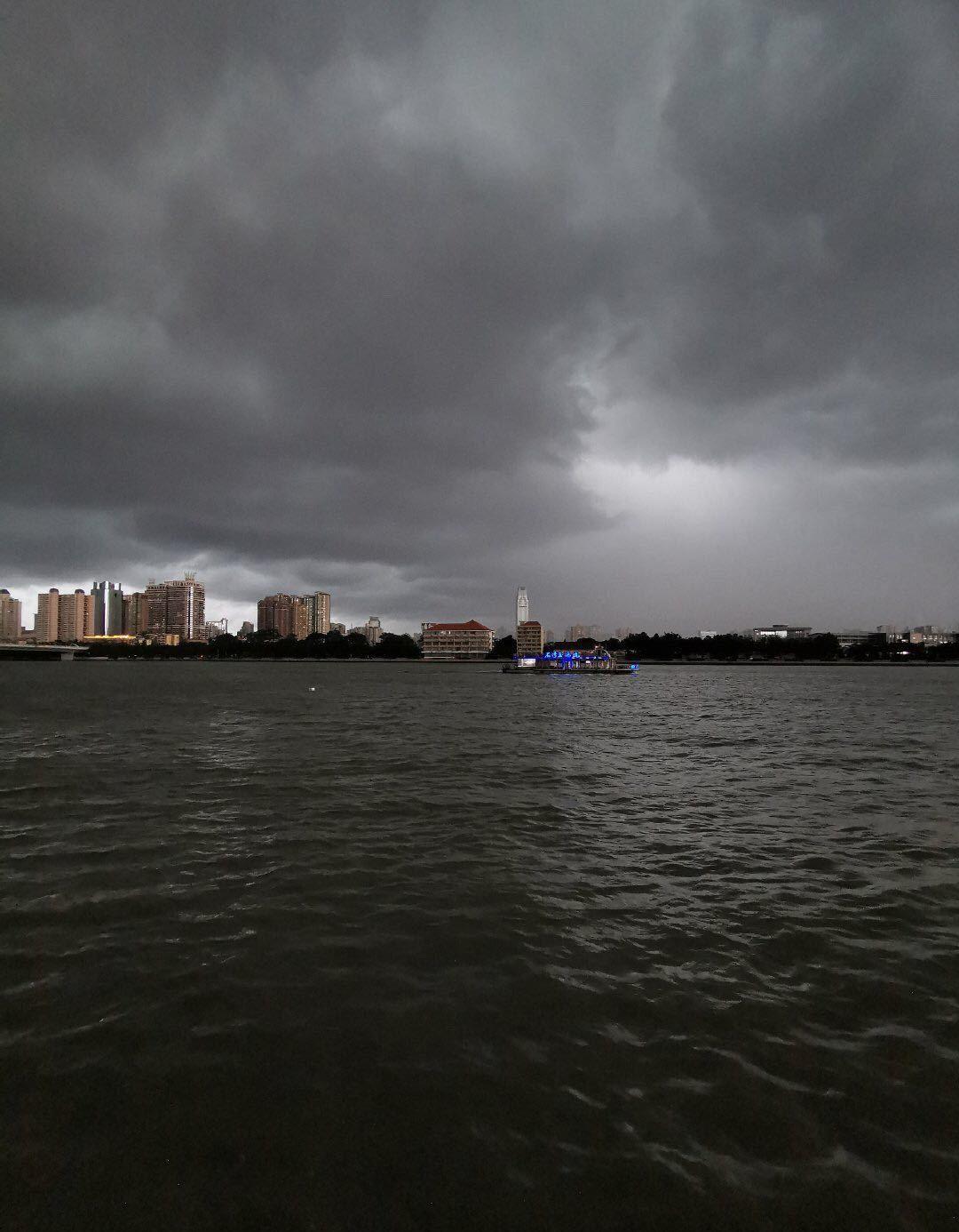 网友拍摄到广州黑云密布。图片:@广州天气 由网友提供