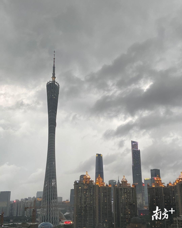 广州塔上空乌云密布,狂风暴雨+强雷电已发货。南方日报记者 郭苏莹 摄
