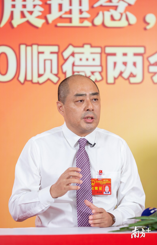 龙江镇镇长孙春刚在接受采访。周焯杰 摄