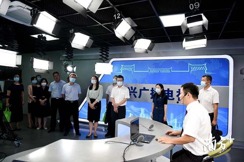 与会人员参观始兴县融媒体中心。