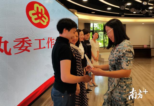 中山市妇联三级调研员刘浴平为南头镇首批六家执委工作室授牌。