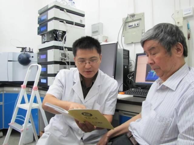 中国工程院院士姚新生指导博士生