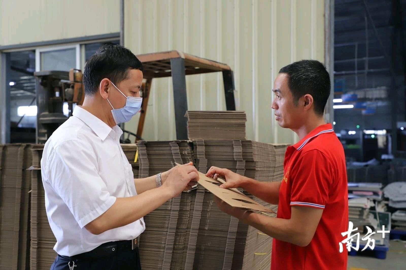 工行工作人员上门服务企业。