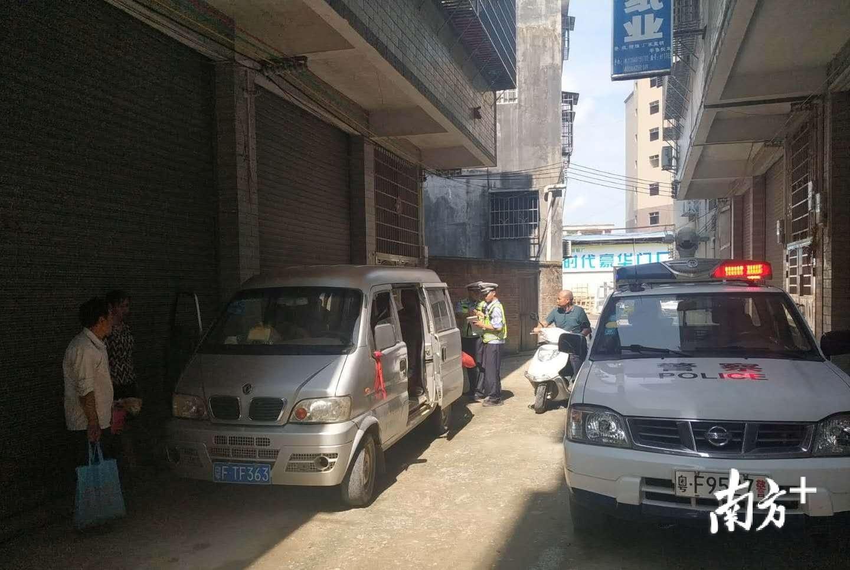 面包车超员赶集遇交警躲进巷子,一查还是无证驾驶