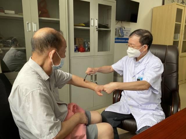 为重症肌无力病患做神经检查。