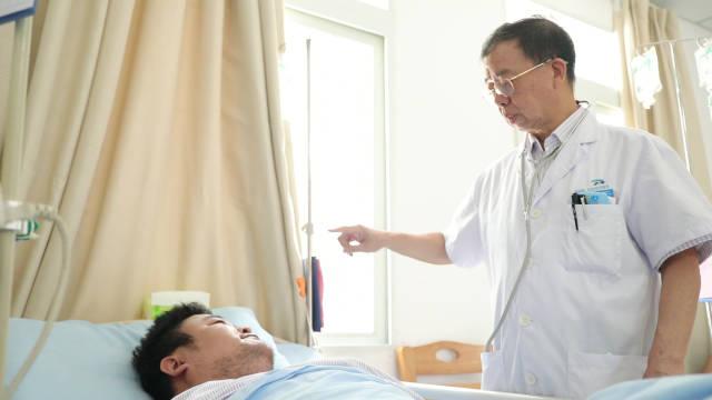 每天2次查房,密切关注重病人。