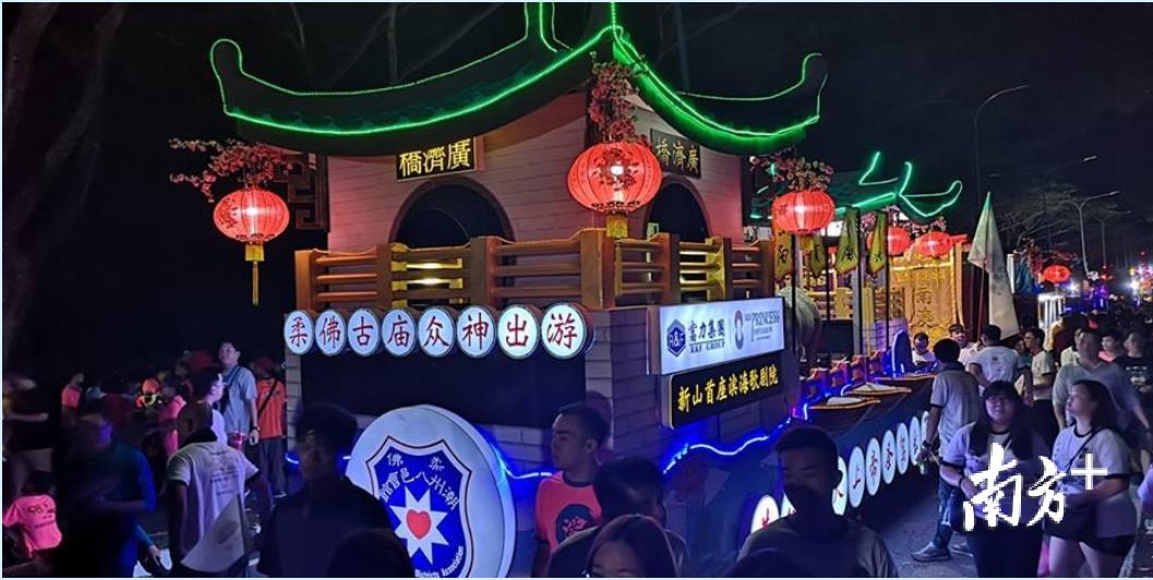 柔佛潮州八邑会馆2019年度柔佛古庙游神夜游的花车以广济桥为样式。陈周平供图