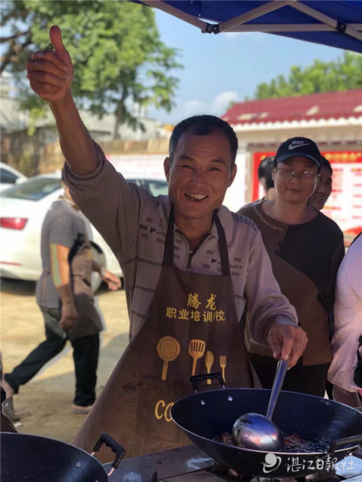 """""""粤菜师傅""""学员向旅客展示厨艺。"""