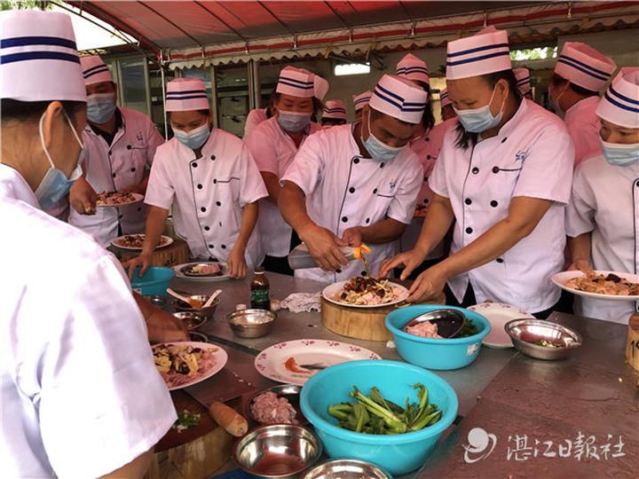 """遂溪芝兰村的""""粤菜师傅""""就业技能培训。林石湛 摄"""