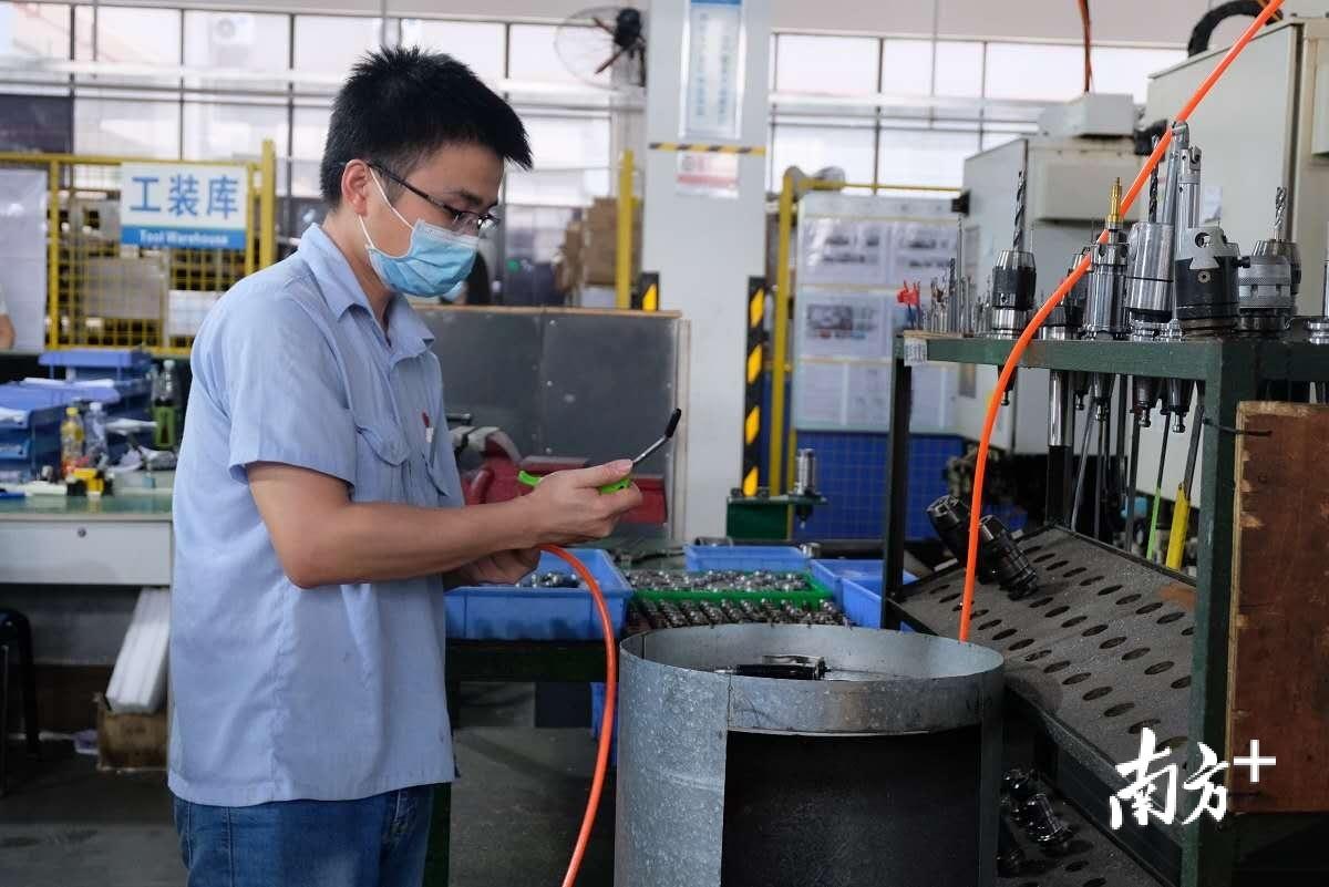 客商走进肇庆奥科精机有限公司实地考察。 蓝单 摄