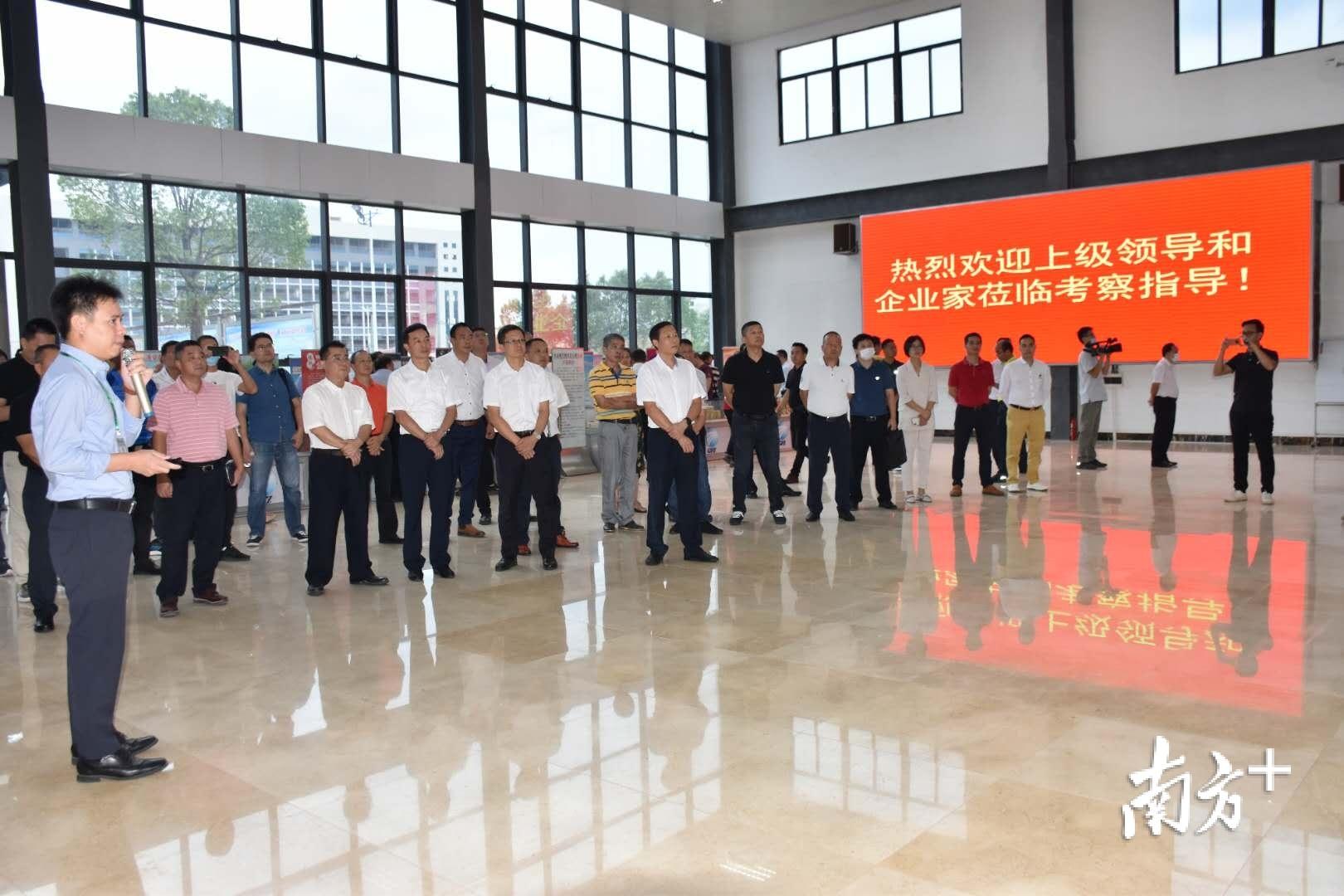 客商走进广佛肇(怀集)经济合作区管委会了解投资环境。卢国红 摄