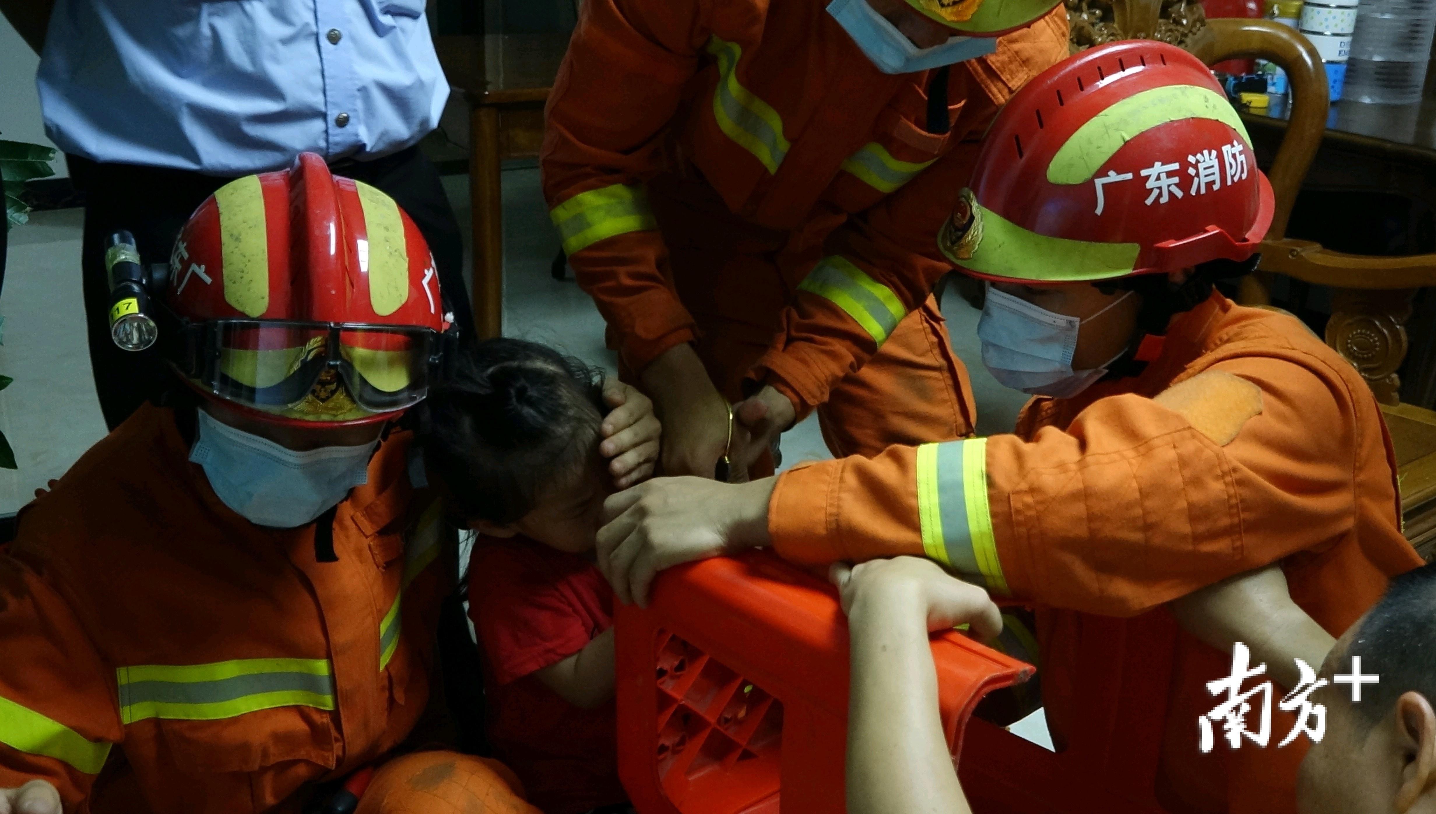 经过近10分钟的努力,消防员成功将小女孩的手指从塑料凳孔洞中取出。
