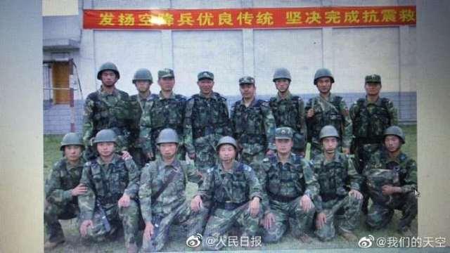 都是英雄!汶川地震空降兵15勇士再聚首