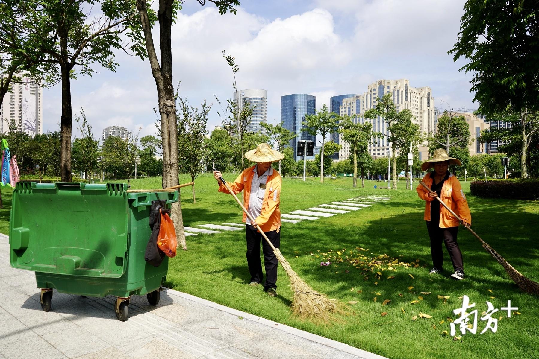"""""""城市美容师""""守护城市整洁容貌。"""