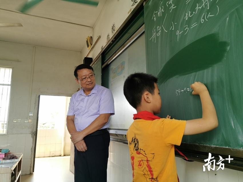 清新五小副校长朱国亮在三坑镇中心小学授课。贺欢 摄