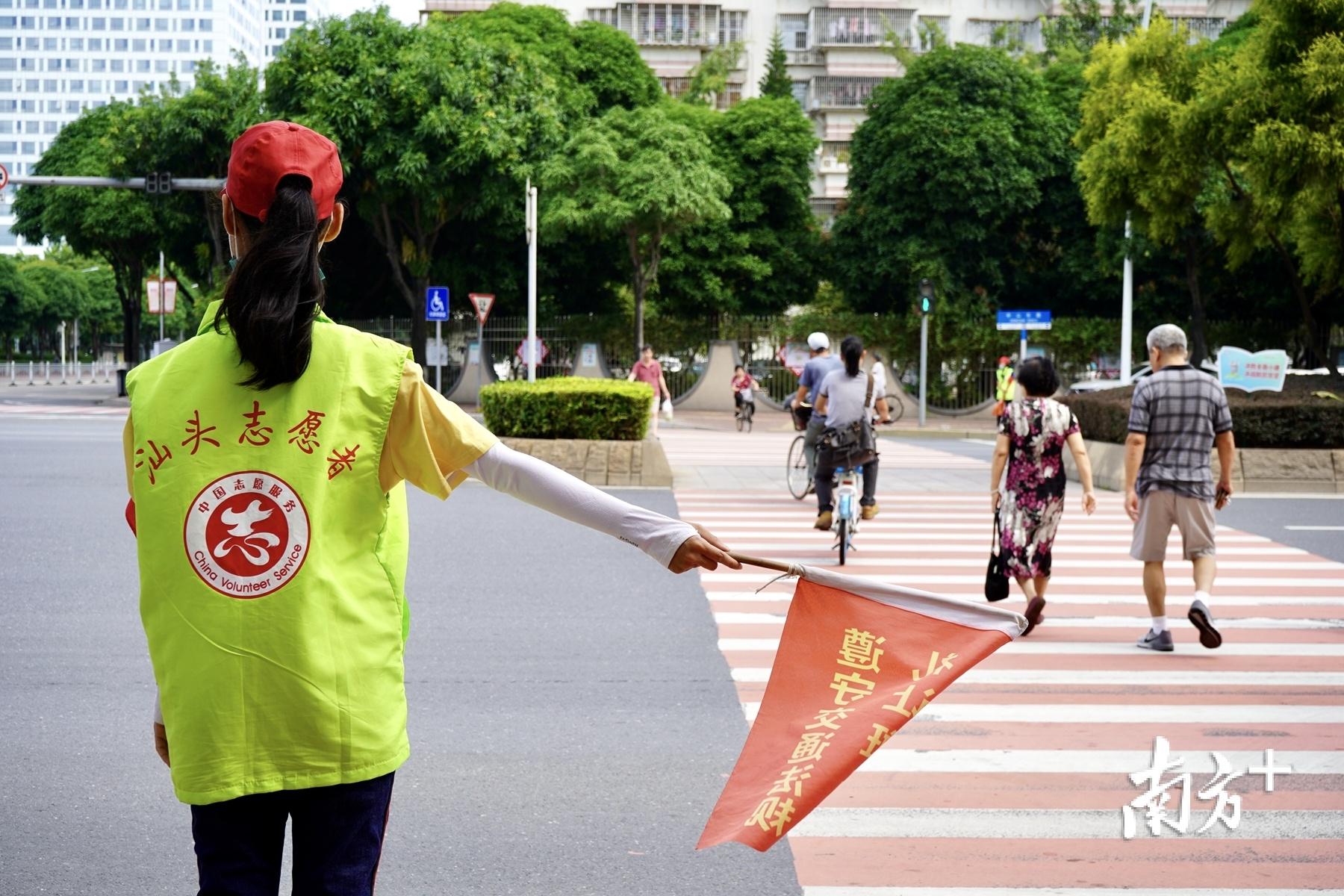 在中心城区各大主要路口,每天都可见志愿者身影。