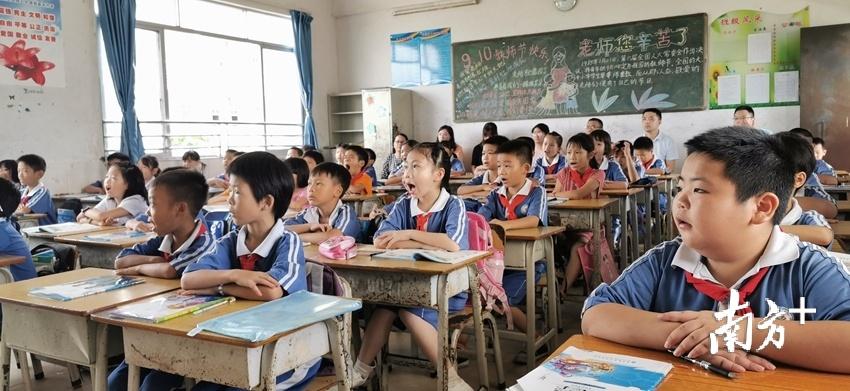 携手三坑镇中心小学牵头成立了清新五小教育集团。贺欢 摄