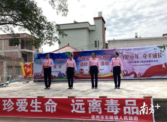 东陂组织文艺活动队到村中开展文艺表演活动,丰富村民精神生活。