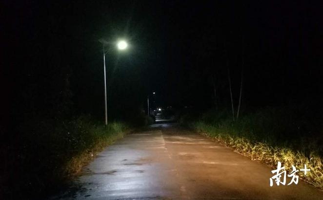 106国道至榔社村党群服务中心路段装上路灯,让村民外出更为安全和方便。