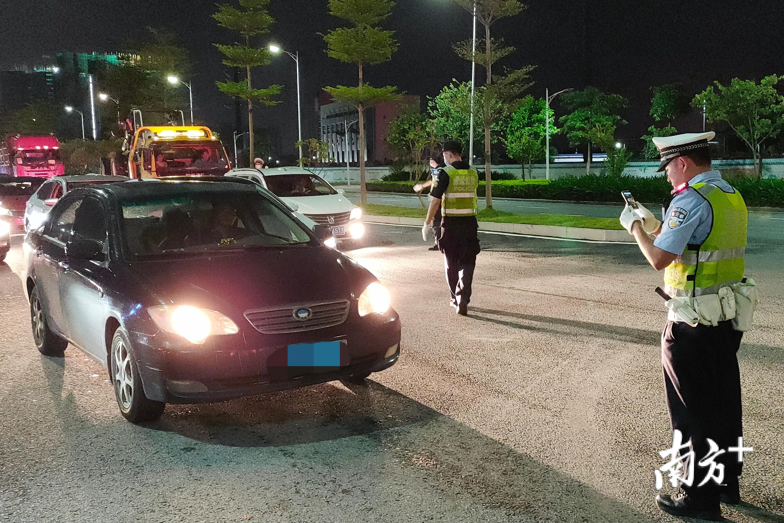 """9月18日,清远市公安机关根据《全市公安机关""""9·15""""最严交通安全整治行动方案》要求,在全市范围内开展统一行动。赫鹏翀 摄"""