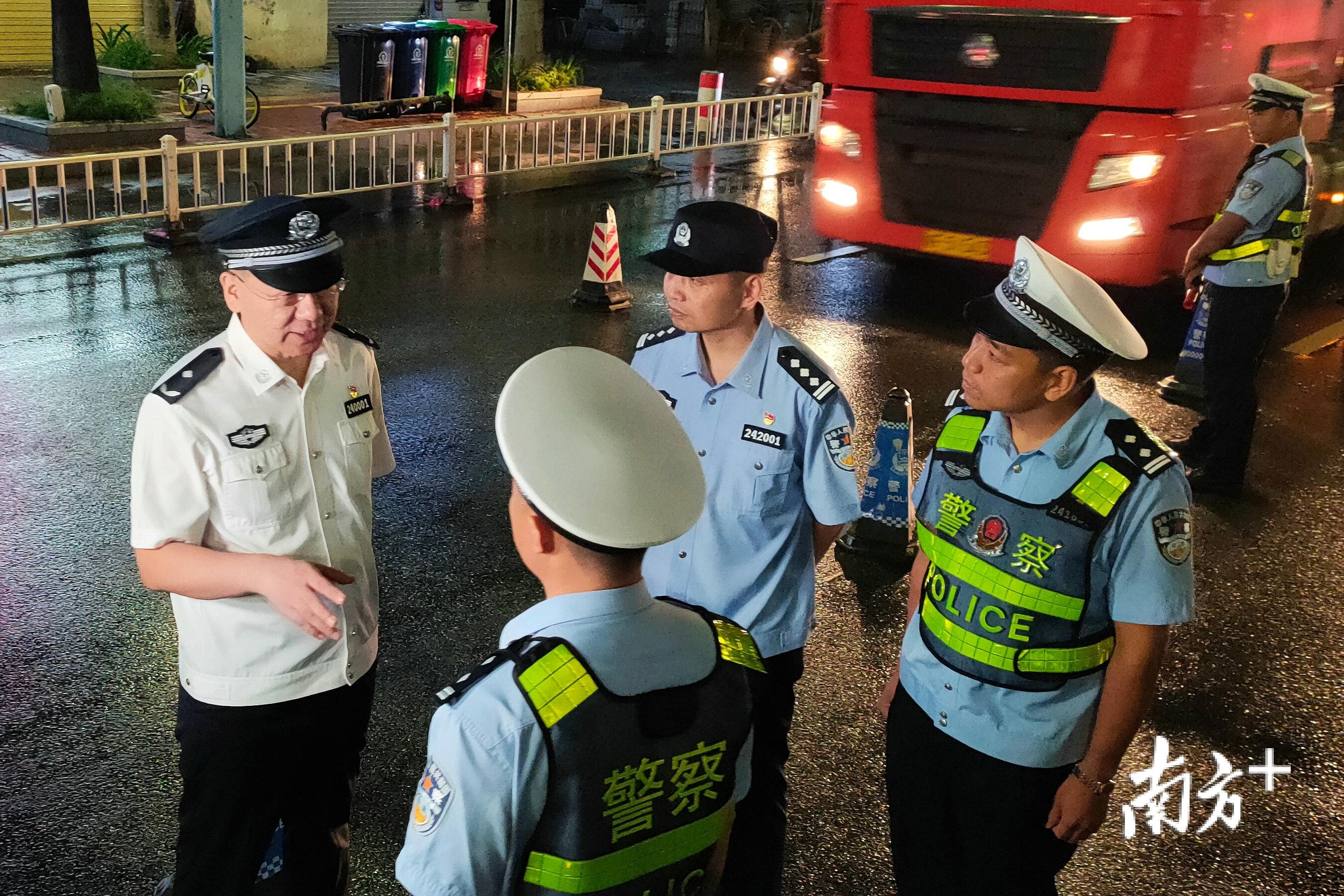 毕洪波(左一)带队赴清城区、清新区多个检查点开展督导检查。赫鹏翀 摄