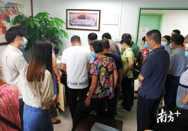 廖新学个人办公室被前来求诊的患者及家属围得水泄不通。张炳锋摄
